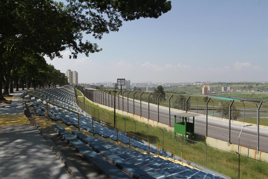 Arquibancadas abertas no Autódromo de Interlagos. Vá preparado para sol, chuva, frio ou calor. Foto: José Cordeiro/ SPTuris.